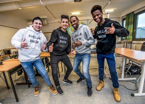 SATSER: William Menla Ali (f.v), Amir Karimi, Yohana Gebrihiwot og Ahmed Adan er fire av de seks guttene som håper genseren de selger gjennom sin ungdomsbedrift «Integrenser UB» kan bidra til økt integrering blant unge i Fredrikstad.