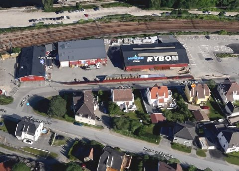 PARKERT UTENFOR MAXBO: Fluktbilen sto parkert utenfor Maxbo i Lislebyveien både før og etter brekket mot Nordea ved Bruhodet.