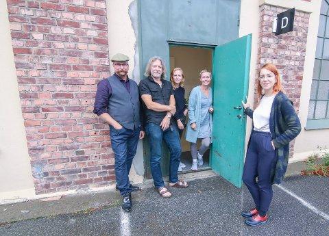 Ingen tyvtitt.  Årsutstillingsansvarlig Marit Lønning Reiten (til høyre) presenterer juryen som jobber bak døren i dette rommet. Fra venstre: Svein Erik Kirkhorn, Erlend Leirdal, Christina Peel og Putte Helene Dal.