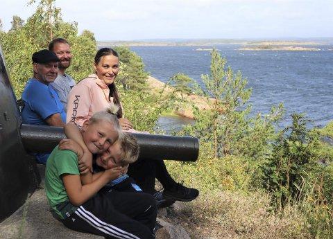 Rast: Familien Haugerud Borredalen med morfar på tur på Kjøkøy. – Vi pleier å gå ned til vannet, der er det fin grillplass. Det er uansett populært når det er spisepause med saft, forteller Gina Charlotte og Kim.