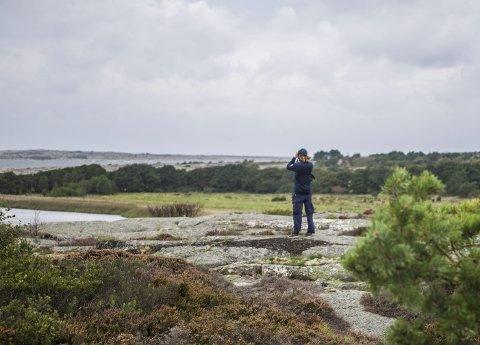 Speider mot torbjørnskjær: Haakon Braathu Haaverstad i Statens Naturoppsyn bruker ofte kikkerten på jobb. Her har han ett av sine favorittsteder i nasjonalparken i sikte. – De få gangene forholdene tillater det, og jeg kan være i land på Thorbjørnskjær er fantastiske. Du er midt i havet.