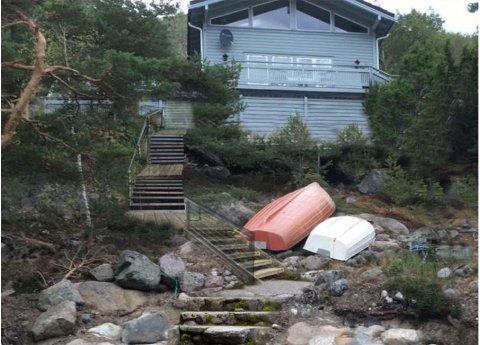 Fylkesmannen støtter Hvaler kommune i at det skal være blankt avslag på søknad om å bygge trapp opp til denne hytta på Kirkøy.