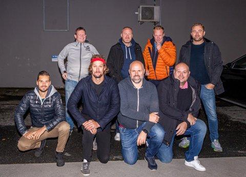 Ut på tur, aldri sur. Tom Erik Olsen (bak fra venstre), Pål Johansen, Gøran Karlsen, Ole Petter Dilling, Jørn Pedersen  (foran fra venstre), Sverre Kristian Bergstrøm, Pål Bjørge Hanssen og Jacob Iversen var klare fredag morgen. På veien skal de plukke opp brødrene Lars Petter og Henrik Brovold på Lillehammer.