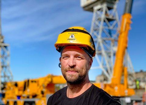 Michael Adolfsen (45) og kollegaene fra Fosby jobber i disse dager med å rive to av FMV-kranene. Han er også en av de siste som faktisk har kjørt kranene.