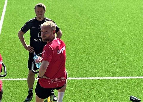 Henrik Kjelsrud Johansen, her med FFK-trener Bjørn Johansen, trente rolig på sykkel hele forrige uke. Nå blir det flere uker med slike økter på FFK-spissen.