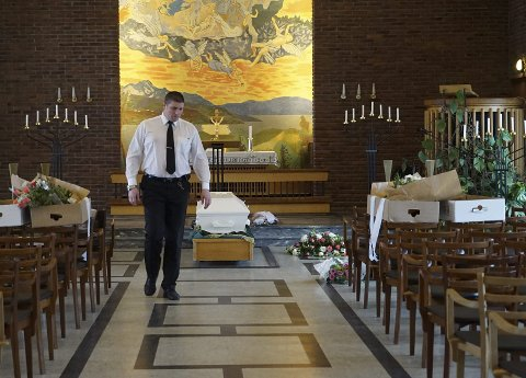 GRÅT OG LATTER: Pål-Inge Ernstensen Storsveen hadde ikke planlagt å jobbe med døden, men trivdes fra dag en. Når han pynter til begravelse, gjør han det han kan for at det skal bli en så fin dag som mulig - ikke minst for personen som ligger i kista. Alle foto: Fritz Hansen