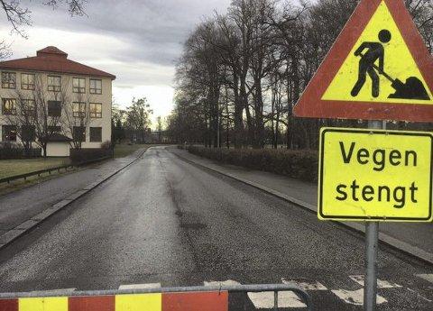 Stengt: Oregata er stengt mens trærne blir beskjært.