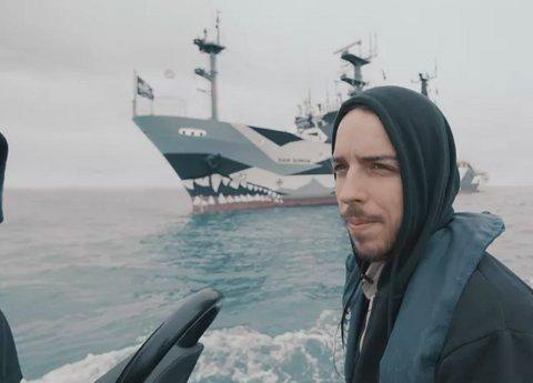 Vi følger Ali Tabrizi som satte ut på en reise for å dokumentere havet, fordi han har en stor kjærlighet for det.