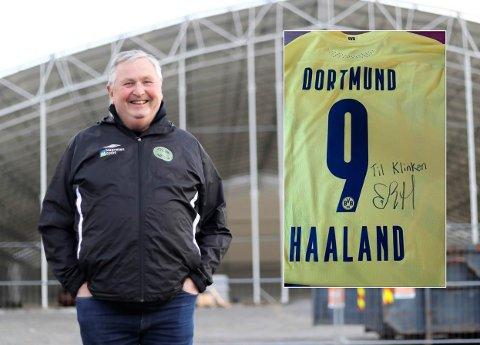 Hallgeir Klink Pedersen synes det var «skrekkelig gildt» å få en Borussia Dortmund-drakt (innfelt) signert Erling Braut Haaland.