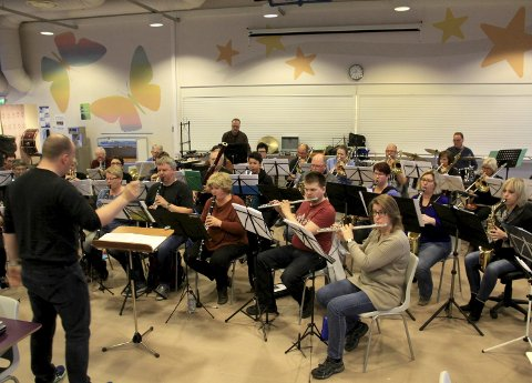 ALLSIDIGE: Glommasvingen Janitsjar byr på en variert konsert i Strøm kirke søndag. Bildet er fra en tidligere øvelse.