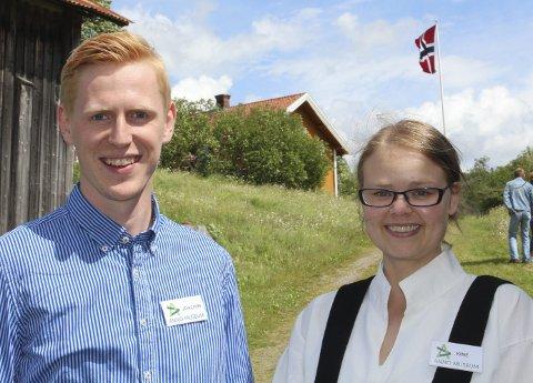 GODE HJELPERE: Kine Andrea Berg og Joachim Melby var to av flere gode hjelpere på sesongåpningen på Eidskog bygdetun Almenninga søndag.BILDER: HANS DYBLIE