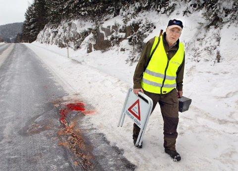 Før pyntet man opp i veien etter en elgpåkjørsel, nå lar man blodet renne i veien slik at bilistene blir oppmerksomme på at det har skjedd en påkjørsel. Rolf Ihler i fallviltgruppa til Sør Odal kommune. Bildet er tatt på veien mellom Skarnes og Disenå en uke etter påkjørselen. blod i veien FOTO: JENS HAUGEN