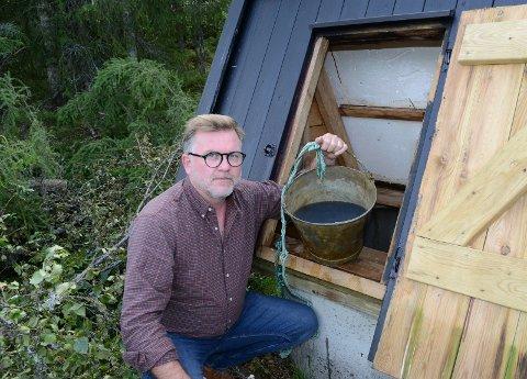 SVART: – Jeg er sjokkert. Jeg har følelsen av at dette ikke er tatt på alvor fra første stund, sier Lars Håkon Blostrupmoen med vannbøtte siste helga i august.