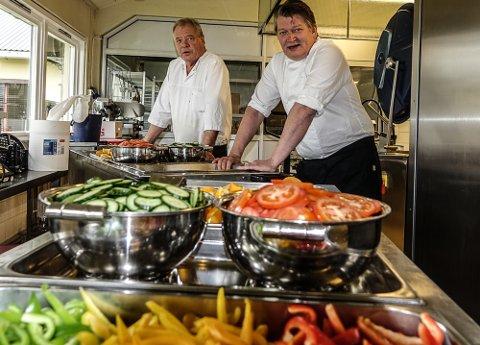 OPPDRAG: Svein Terje Kynbråten og Heia Hotell har servert over 61.000 måltider og Haslemoen så langt i år. Her er Kynbråten sammen med Bjørn Terje Moen i storkjøkkenet på Haslemoen.