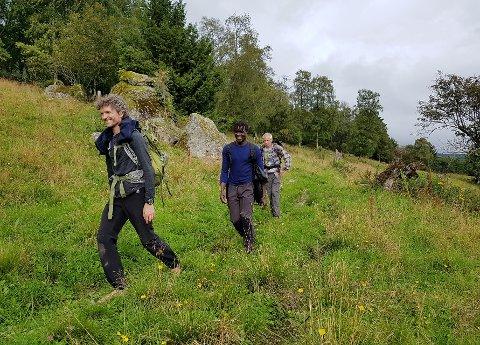PÅ TUR: Alexander Medin (t.v.) har med seg åtte deltakere på pilegrimstur fra Lillehammer til Trondheim. Her ser vi de på første turdag.?Foto: Ellen Marie Larsen
