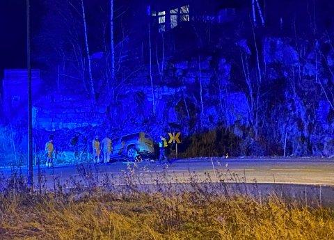 Bilen kjørte ut av vegen i den skarpe svingen like nedenfor Bergesvevegen. Føreren av bilen er fraktet til sykehus.