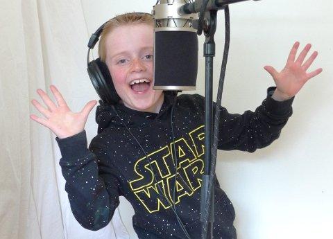 Lucas Thoresen Kroken (9) er én av to vokalister.