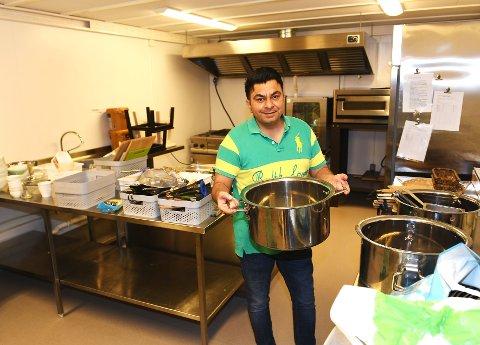 Karanbir Singh Munday (35) skal sørge for indiske retter til sultne døler. Fredag åpner restauranten i gamle Vinstra Ysteri.