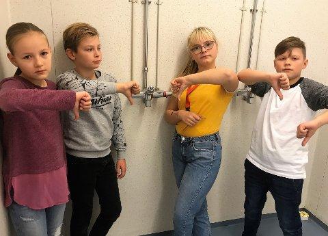 I 2018: Elevene vendte tommelen ned for at forholdene i gymsal og garderobe. Siden har ingenting endret seg. Fra venstre: Vanessa Waaia, Nicolai Dahlen Klevengen, Mia Jonassen Grua og Daniel Kucins.