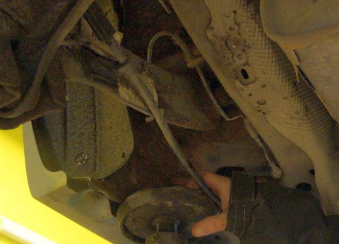 UTSATT: De ubeskyttede bremserørene til bakhjulene er spesielt utsatt for rustnagrep.