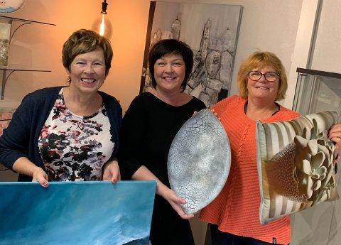KUNSTBRUKET: Hilde Frankum, Frøydis Samuelsson og Lise Rossow ønsker velkommen til kunstbruket på Grua.