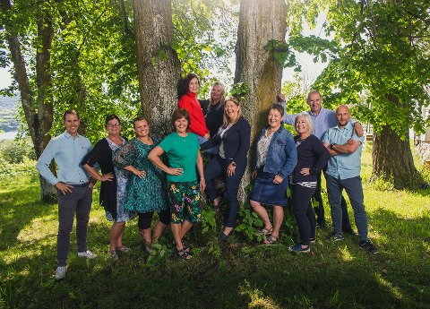 DRIFTIG GJENG: Ledergruppa ved Røysumtunet. Fra venstre: Øyvind Bjølverud, Svanhild Skjervum, Signe Haga, Jane Pettersbakken, Hilde Karlsen Sanna, Linda Carlsen, Heidi Hallum Framstad, Jane Elin Berg, Mette Hærum, Erik Nordengen og John-Olav Høghaug-Western.