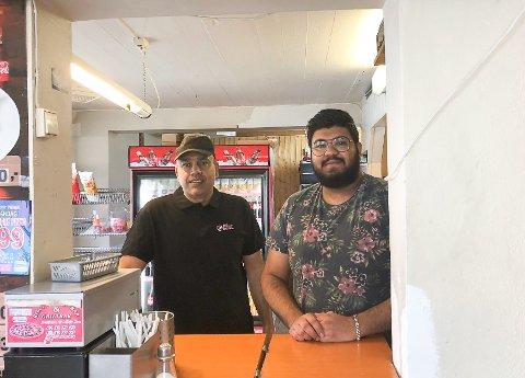 STILLE: Zoheb Shah (t.h.) har pizzarestaurant både på Roa og Råholt. Nå håper han å få kjøpt og pusset opp lokalene på Hadeland. Her står han sammen med Qaisar Hussain som jobber på Roa.