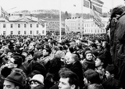 Så mye folk var det i sentrum under feringen av byjubileet for 50 år siden.