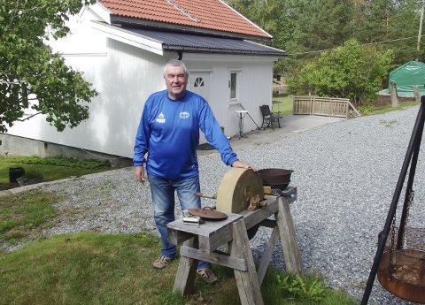 FAGERHOLT: Torbjørn Torp har vokst opp på Fagerholt og er her tilbake ved barndomshjemmet. -Jeg er glad for at den yngste sønnen til søstera mi bor her nå og tar så godt vare på det, sier han. Selv er den nyblivne 70-åringen nærmest daglig tilbake på barndomstraktene han er så glad i.