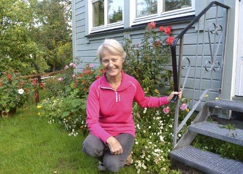 GRØNNE FINGRE: Gårdsjenta fra Westberg i Ullerøy trives med blomsterprakten som er omhyggelig gjerdet inn for at ikke rådyra skal ta for seg av herligheten.