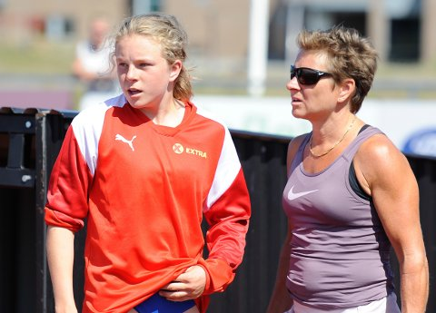 IMPONERTE: Henriette Jæger, her sammen med mamma og trener Unn Merete Jæger, satte ny norsk aldersrekord på 200 meter.