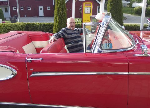 Bilentusiast: Tor-Erik Gunneng blir 50 år i morgen og sitter godt i sin Edsel Citation, 1958-modell som han har skrudd og vedlikeholdt i 13 år.  En bil  som er produsert i kun 930 eksemplarer. foto: tille andreassen