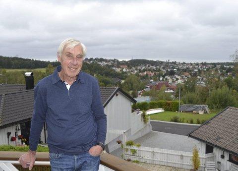 Liker utsikten: Roger Sætre bor et lite stenkast fra der Bjørnstadbakken sto, og trives med utsikten over Tistedalen. Foto: Bjørn Ystrøm