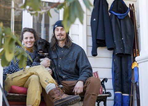 Caroline Steine og Harald Andreassen sammen med hunden Frøya på trappen til gamle Hotel Sundal. Der skal de ta imot sine første gjester i slutten av april.