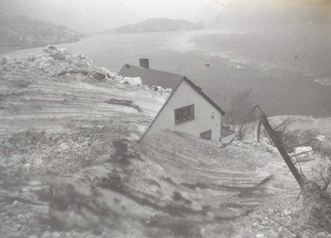 17. januar 1993: De enorme snømengdene som kom ned fra fjellsidene gjorde store skader. Slik så det ut på   Kalvanes etter Klungerseteskredet i 1993. Foto: Trygve D. Syse