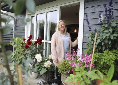 Hagen viktig: Hagen er viktig for Kari Nygaard. Her har hun planter som gir stemning både vår, sommer og høst.   Foto: Grethe Nygaard