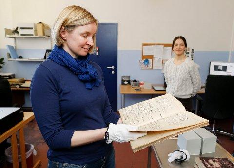 DIGITALISERER: Konservator Grethe Paulsen Vie og fotoarkivar for museene i Rogaland, Madli Hjermann.