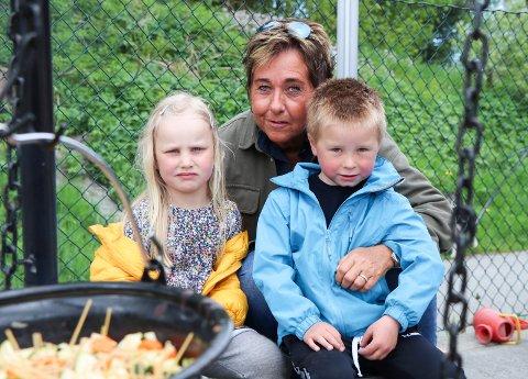 MED BARN AV BARNEHAGEBARN: Hanne Marit Norman sammen med 4-åringene Vilma Dankel og William Naastad. Foreldrene deres gikk selv på Gard barnehage. – Vi har for tiden fire barn hos oss som har foreldre som selv gikk i barnehagen her, forteller Norman.