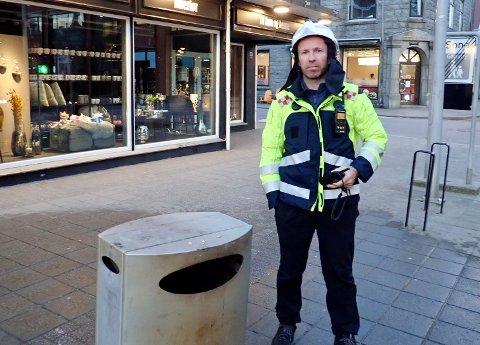 MÅTTE RYKKE: Jan Ove Solstrand og kollegene måtte håndtere brann i flere søppeldunker søndag kveld.