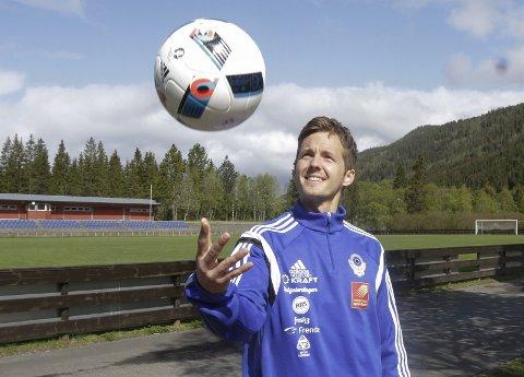 Sjef: Håkon Stenersen er sjef for Helgelendingen Fotballskole 2016. Han lover at de som deltar på årets fotballskole får masse lek og læring.   foto: per vikan