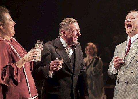 BRYLLUP: Bryllupet var planlagt, men så skar det seg mellom Fräulein Schneider og Herr Schulz. Ikke minst takket være den nye tids fanebærer Ernst Ludwig (Sigurd Sele) t.h. Foto: Nordland Teater