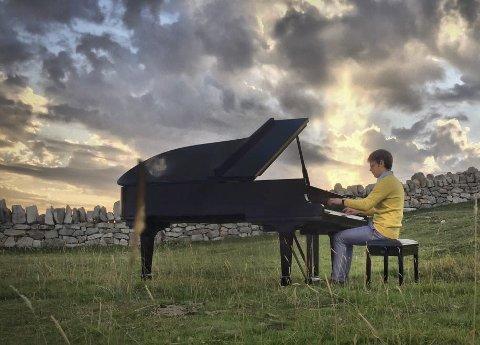 Under åpen himmel: Komponist og musiker Gabriel Emanuel Arnold skal også spille under åpen himmel når han besøker Mosjøen.