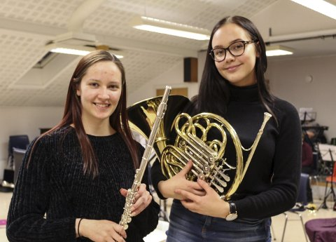 Eget jubileum: Christine Ongkiehong Jakobsen (venstre) og Johanne Båtstrand har spilt i korps i en syvendedel av den tiden Mosjøen skolekorps har eksistert. foto: benedicte wærstad