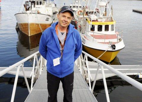 KAPTEINENS KLESKODE: Odd Petter Olderskog Leknes er klar som helgas general under Båtmessa 2019 i Sandnessjøen. Som vi ser har han for øyeblikket på seg både messas og manuellterapeutens arbeidsuniform.