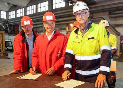 Rune Krutå (t.v.) bevitnet at  Tomas Norvoll og Jan Ivar Myrflott satte sin underskrift på intensjonsavtalen.