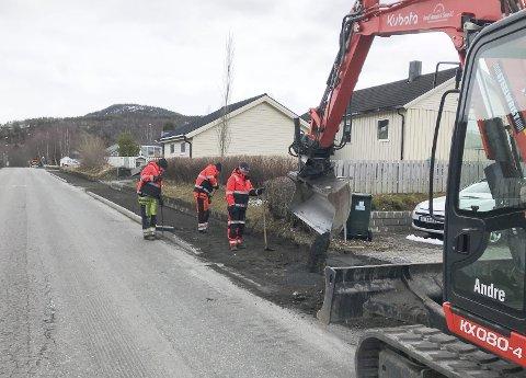 FORTAU: Etter 17. mai skal fortauet langs Vefsnvegen på Olderskog asfalteres. Firmaet Heolf Hansen & Sønn AS fra Bodø gjør jobben. Foto: Per Vikan