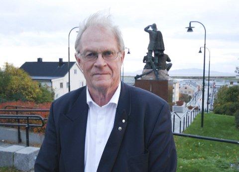 TØFLET OFTE OVER TIL KONTORET: Gunnar Kjønnøy var fylkesmann i Finnmark og bodde i Vadsø fra 1998 til 2016. Han hadde boplikt og bodde i det som var fylkesmannboligen ved siden av administrasjonsbygget.