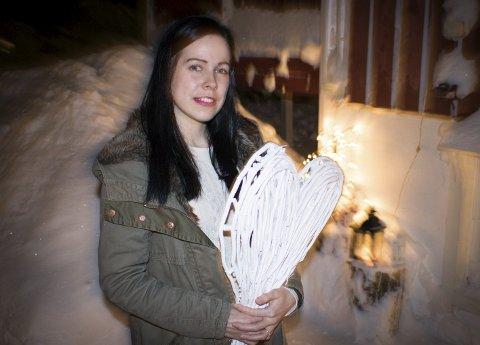 SØKER KJÆRLIGHET: Siden hun var 17 år gammel, har Ina Elisabeth Fredriksen (26) stort sett reist ut av Sør-Varanger for å date andre jenter. På utestedene i Kirkenes havner hun stort sett i guttemiljø. Hun savner et synlig miljø for lesbiske og homofile i Finnmark.