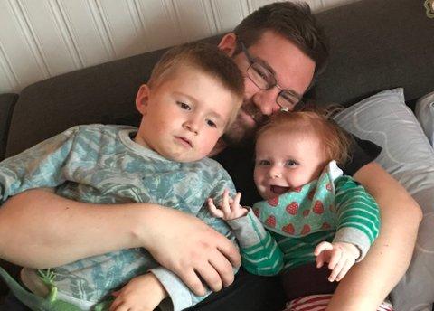 FAMILIEN: Ulf-Terje Nyheim Eliassen (34) har godt grep om Andreas (3) og datteren Magni Lovise (1).