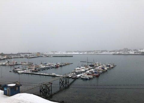 GRÅTT: Det forventes sludd-, regn- og snøbyger over hele fylket kommende uke. Og en og annen solgløtt. Her fra Vadsø.